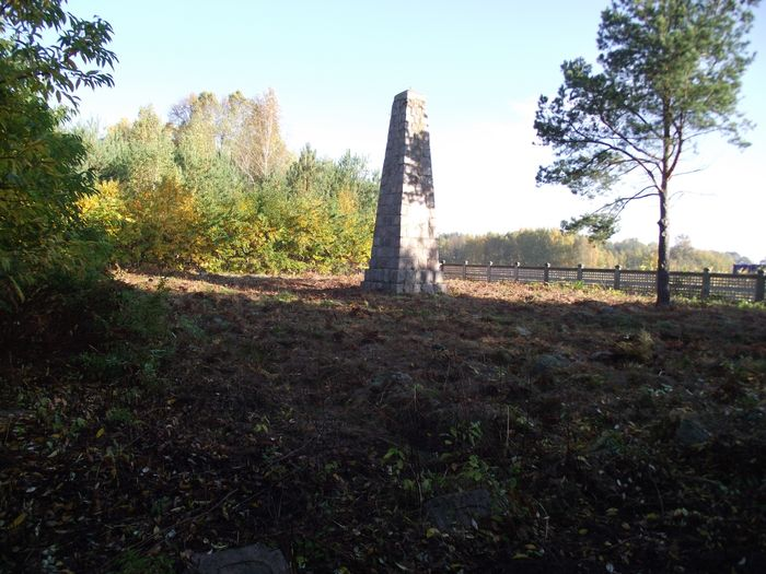 Pomnik na cmentarzu w Chojnach Młodych