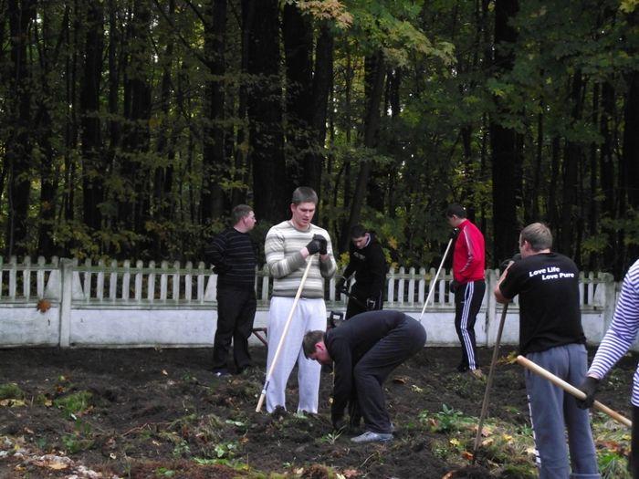 Sprzątanie cmentarza w Sierzputach Młodych 2