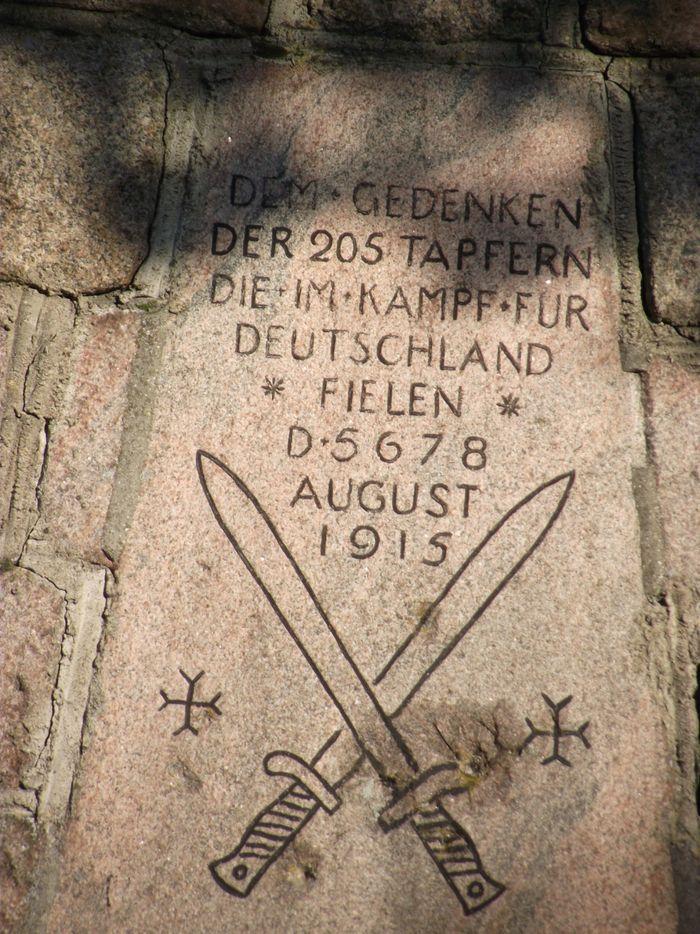 Tarcza na pomniku na cmentarzu w Chojnach Młodych