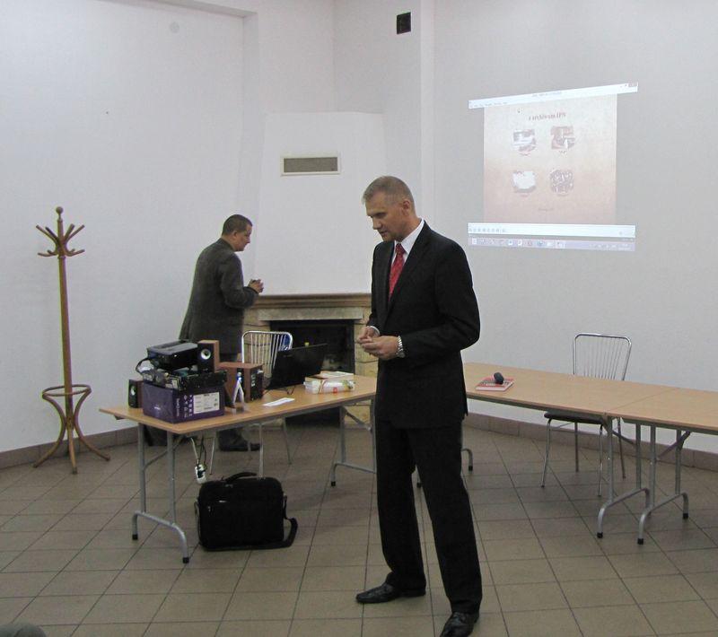 Dr. Sławomir Poleszak rozpoczyna wykład którego głównym bohaterem jest major Jan Tabortowski (Bruzda)