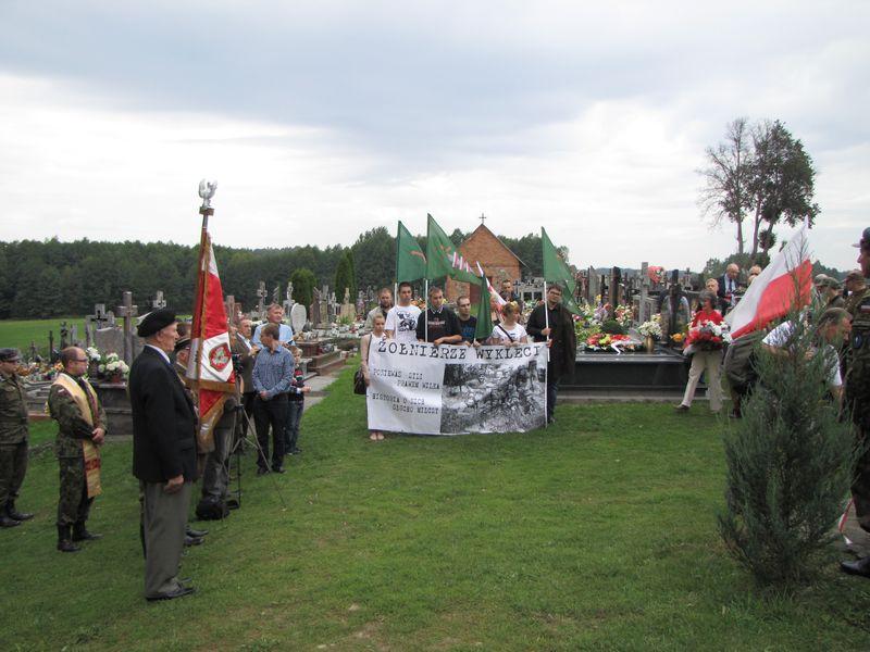 Pośrodku młodzież z Klubu Myśli Patriotycznej w Łomzy