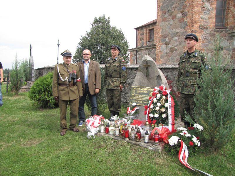 Z lewej por. Kazimierz Chodzick (Mały), z prawej Sławomir Zgrzywa pracownik z W.U.O.Z. delegatura w Łomży przy pomniku majora Tabortowskiego