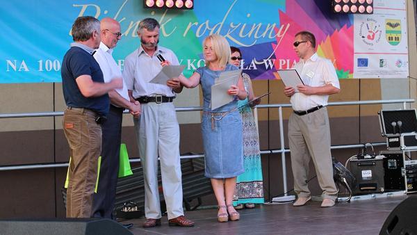 organizatorzy wręczają nagrody sponsorom