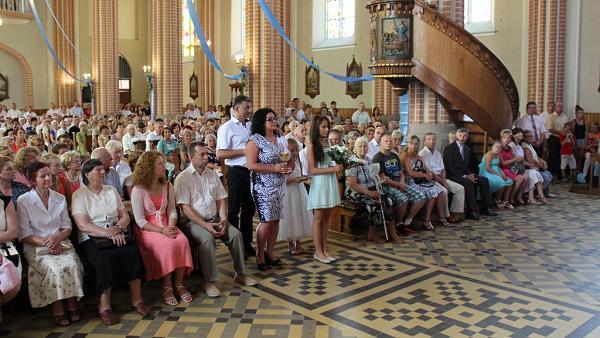 rodzina Tokarzów w procesji z darami