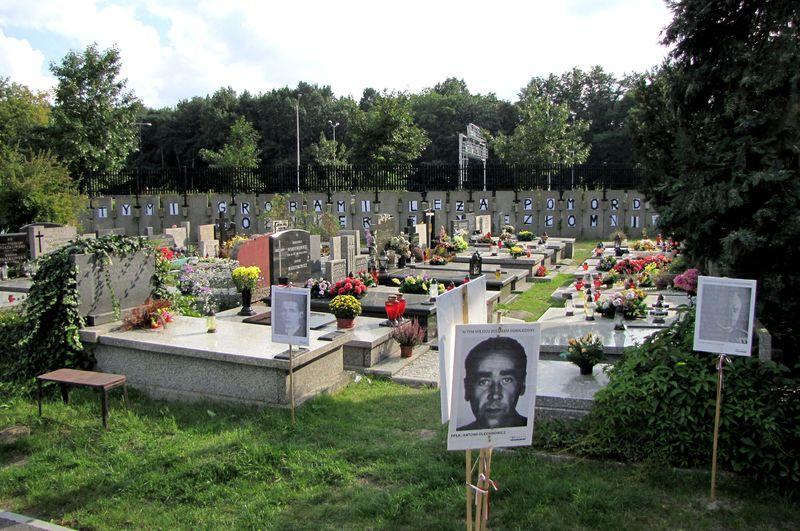 Powązki. Groby utrwalaczy systemy komunistycznego umiejscowione na dołach śmierci ofiar systemu komunistycznego.