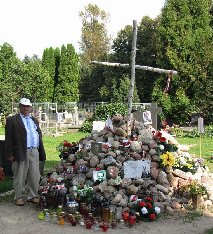 Powązki_symboliczna mogiła ofiar zbrodniarzy komunistycznych usypana na tzw. Łączce