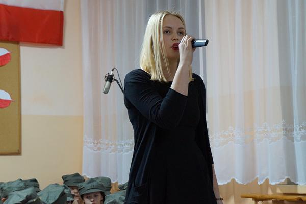 Kasia wykonuje piosenkę tytułową