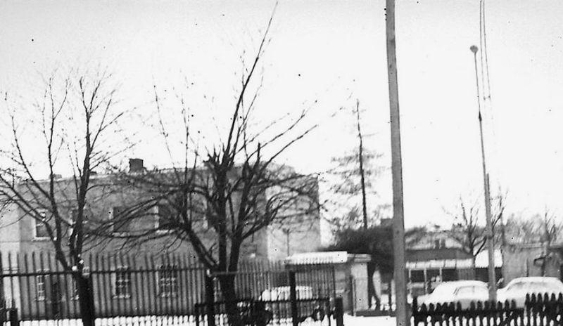 Baza PKS teren byłych koszar Ośrodka Sapersko Pionierskiego 18. Dywizji Piechoty. Widok od strony ówczesnej ul. gen. Karola Świerczewskiego obecnej Alei Legionów. Stan z 1983 r. Fot. G. Modzelewski.