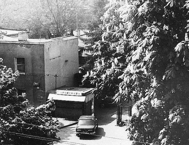 Baza PKS teren byłych koszar Ośrodka Sapersko Pionierskiego 18. Dywizji Piechoty. Widok od strony ówczesnej ul. gen. Karola Świerczewskiego obecnej Alei Legionów. Stan z 1983 r. Fot. G. Modzelewski