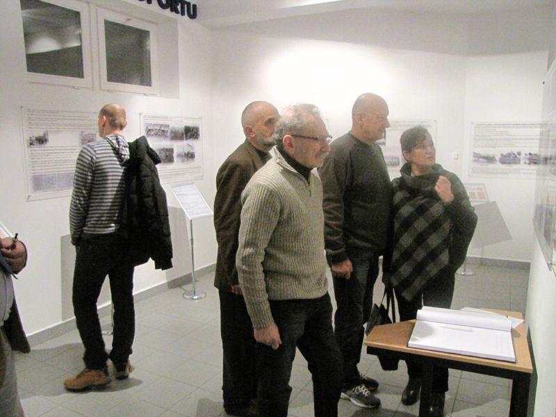 Goście zwiedzający wystawę łomżyńskiego sportu 2