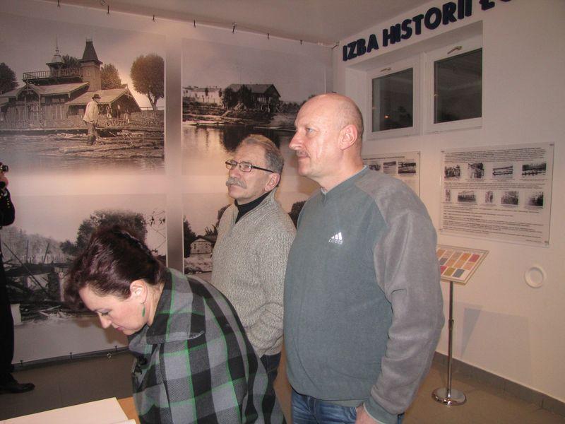 Goście zwiedzający wystawę łomżyńskiego sportu 3