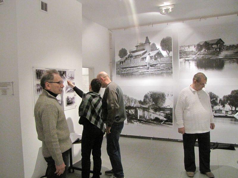 Goście zwiedzający wystawę łomżyńskiego sportu 4
