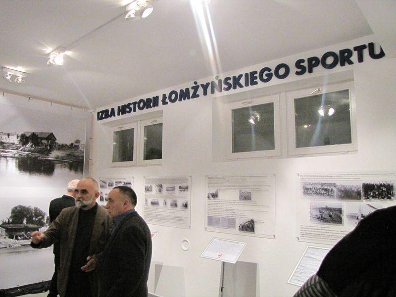 Goście zwiedzający wystawę łomżyńskiego sportu 6