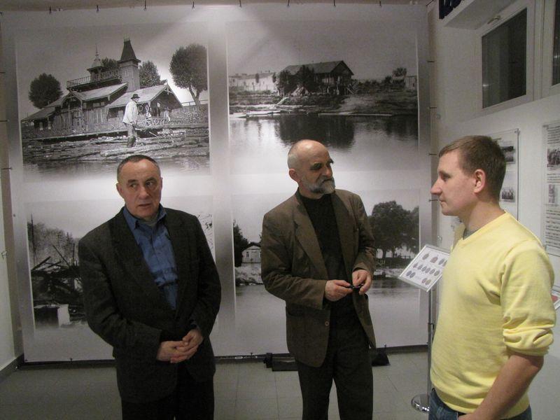 Goście zwiedzający wystawę łomżyńskiego sportu 7