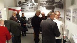 Goście zwiedzający wystawę łomżyńskiego sportu 1