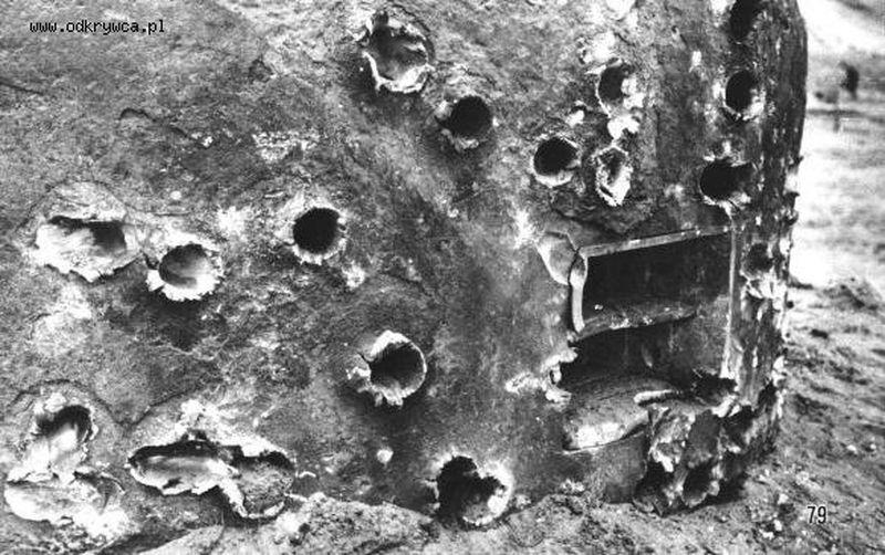 Kopuła schronu ostrzelana z armatki przeciwpancernej kal. 37 mm
