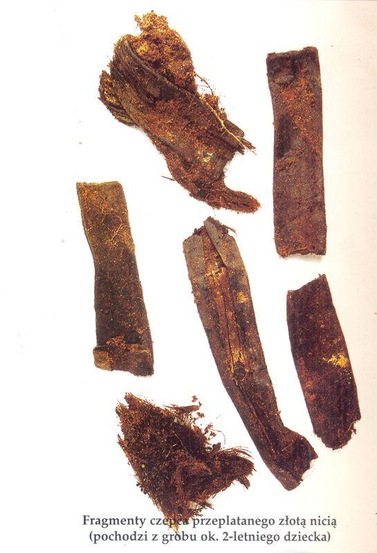 Fragment czepca przeplatanego złotą nicią (pochodzi z grobu ok. 2-letniego dziecka)