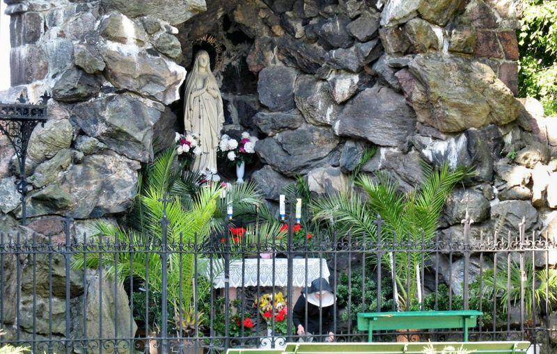 Kamienna grota z figurką Matki Boskiej z Lourdes - Współcześnie