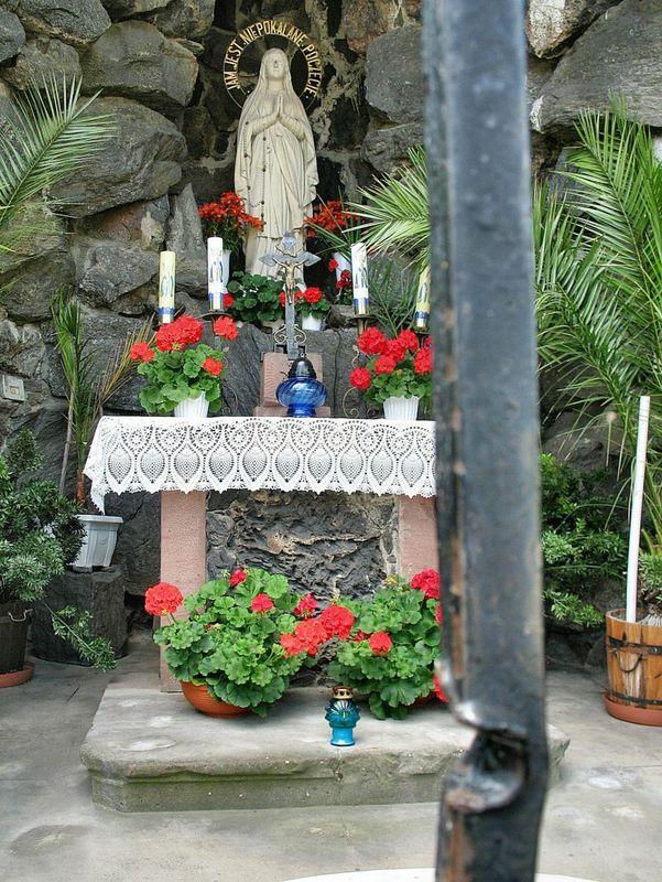 Kamienna grota z figurką Matki Boskiej z Lourdes - Współcześnie  2
