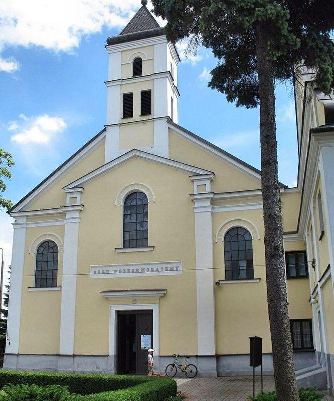 Widok na Kościół Trójcy Przenajświętszej z odbudowaną wieżyczką.