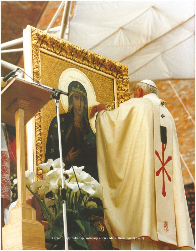 Ojciec Święty dokonuje koronacji obrazu Matki Bożej Łomżyńskiej