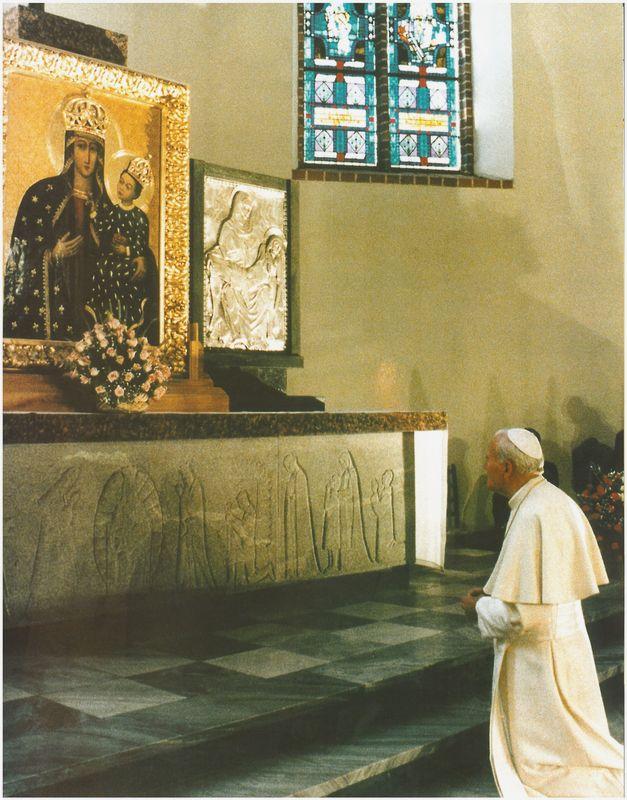 Papież przed Obrazem Matki Boskiej Pięknej Miłości