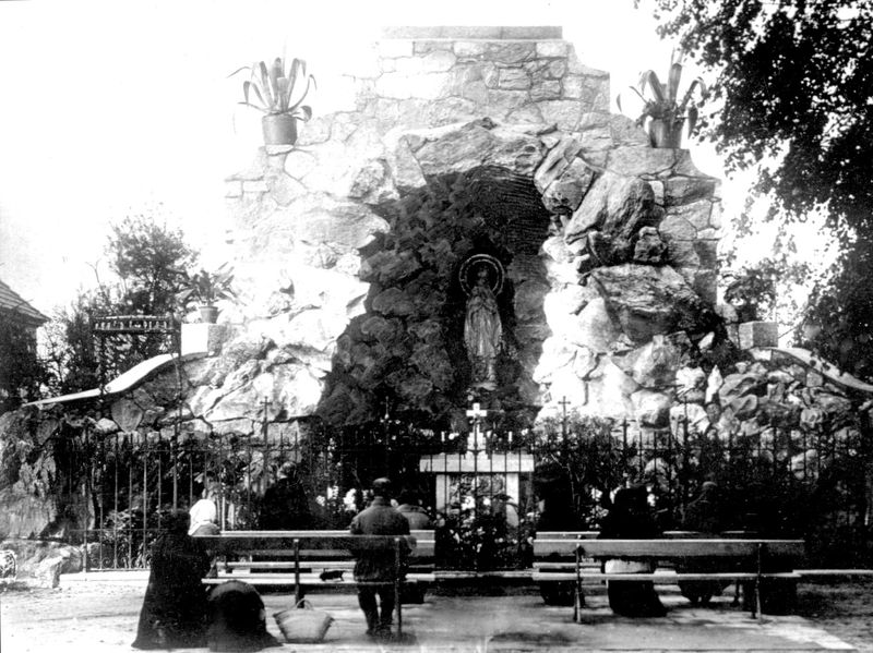 Kamienna grota z figurką Matki Boskiej z Lourdes 2
