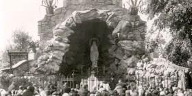 Kamienna grota z figurką Matki Boskiej z Lourdes 1