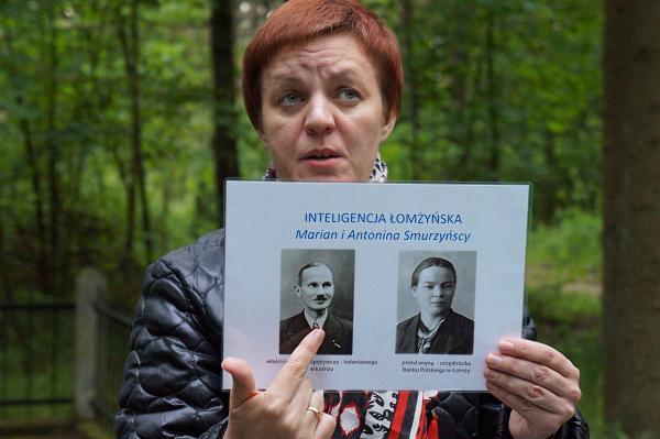 Społeczny kustosz prezentuje zdjęcia ofiar egzekucji z 15 lipca 1943 roku