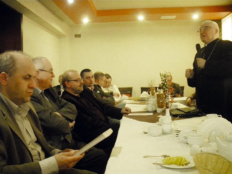 JE biskup Tadeusz Zawistowski przemawia w trakcie gawędy historycznej