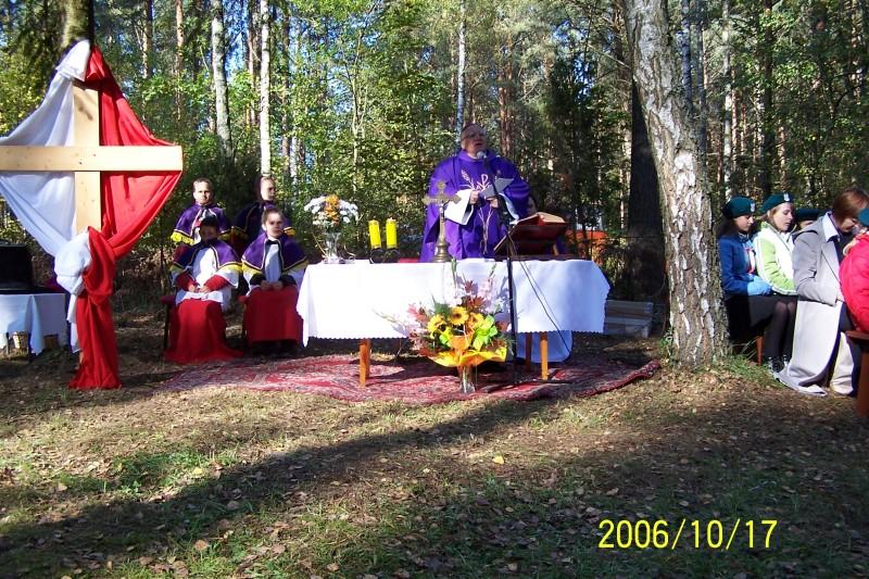 2006 rok - Miejsce Pamięci Narodowej w Jeziorku - Biskup Tadeusz Zawistowski odprawia mszę świętą w intencji ofiar