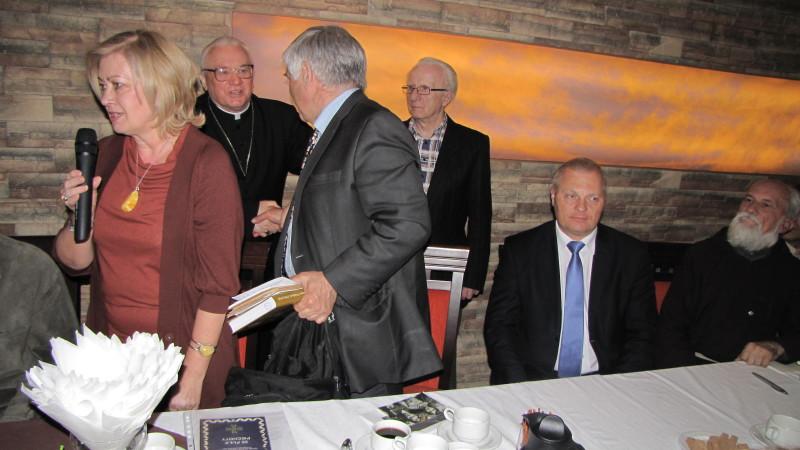 Biskup Tadeusz Zawistowski na spotkaniu     organizowanym przez Bractwo Historyczne Ziemi Łomżyńskiej