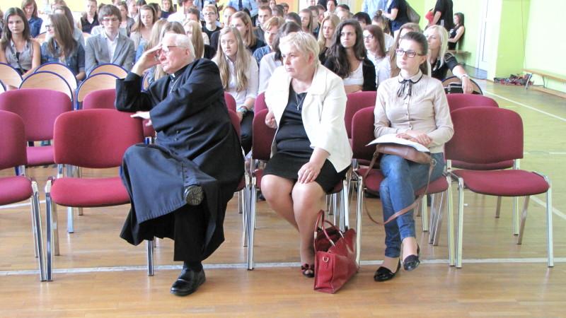 Biskup Tadeusz senior zadumany nad losami Ojczyzny