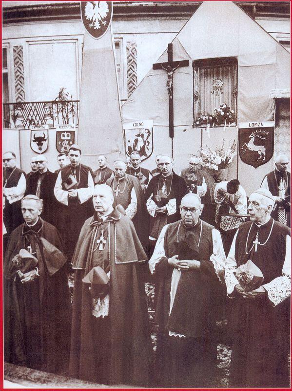 Kardynał Stefan Wyszyński z dostojnikami Kościoła na uroczystościach milenijnych w Łomży