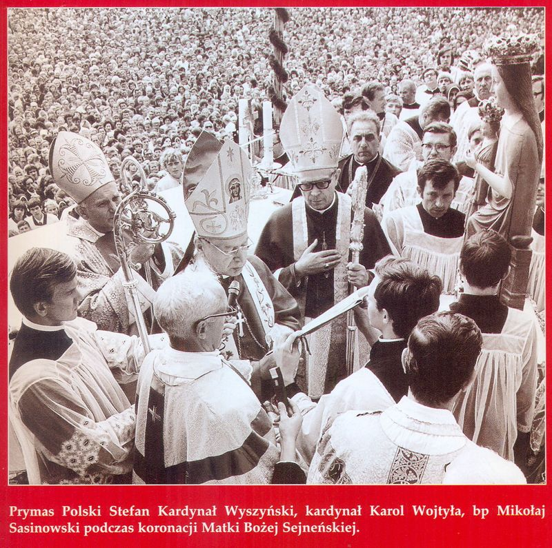 Prymas Polski Stefan Kardynał Wyszyński, Kardynał Karol Wojtyła, bp Mikołaj Sasinowski podczas koronacji Matki Bożej Sejneńskiej