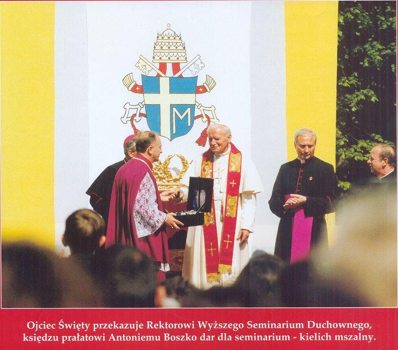 Ojciec Święty przekazuje dar dla Wyższego Seminarium Duchownego