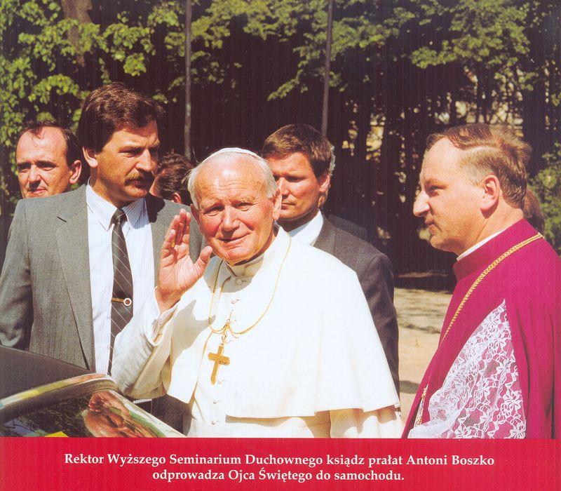 Papież Jan Paweł II w drodze do samochodu
