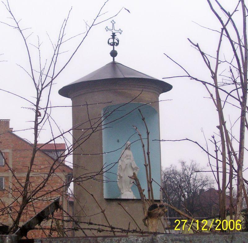 Kapliczka z lat 60 - tych w 2006 rok. Zdj. wykonał H. Sierzputowski