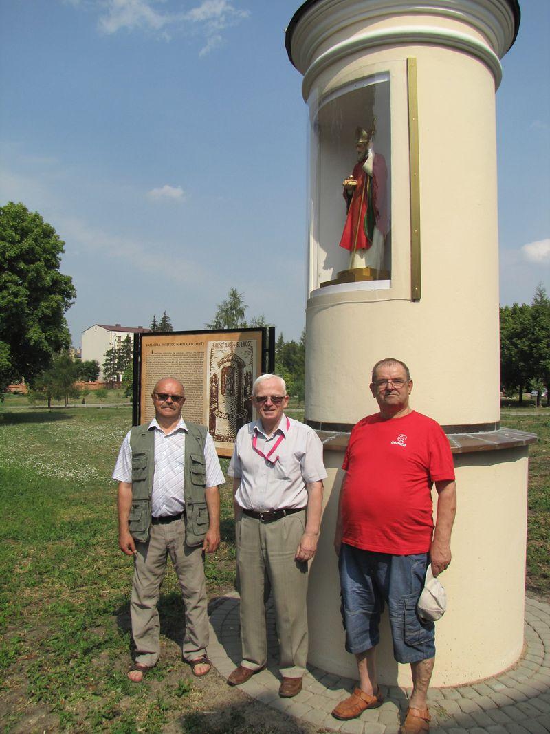 Na zdjęciu od lewej, Pan Sławomir Zgrzywa, Pan Czesław Pieńkowski i Henryk Sierzputowski. Zdjęcie wykonał H. Sierzputowski