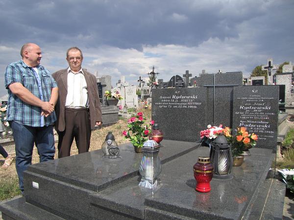 Reprezentanci Łomżyńskiego bractwa Historycznego nad grobem członków AK z rodziny Rydzewskich