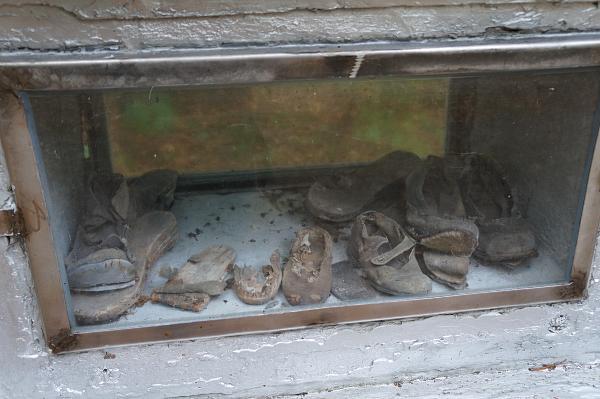 Gablota z butami ofiar wydobytymi z grobu zakładników miasta Łomzy