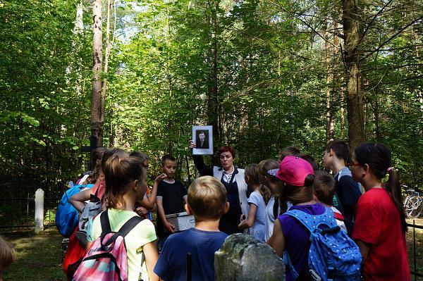 Leśna lekcja dla uczniów ze Szkoły Podstawowej w Dobrzyjałowie - 17 IX 2015 r.