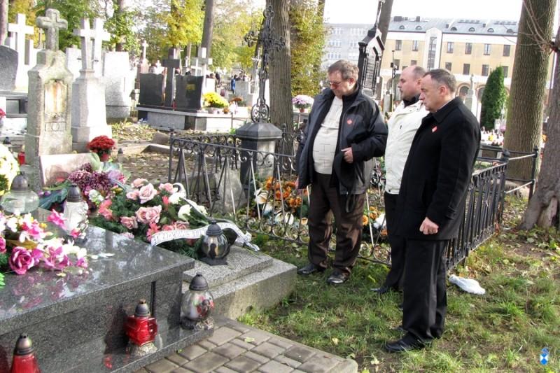 Członkowie Bractwa Historycznego Ziemi Łomżyńskiej nad grobem Alfonsa Budzińskiego - 01.11.2011 r.