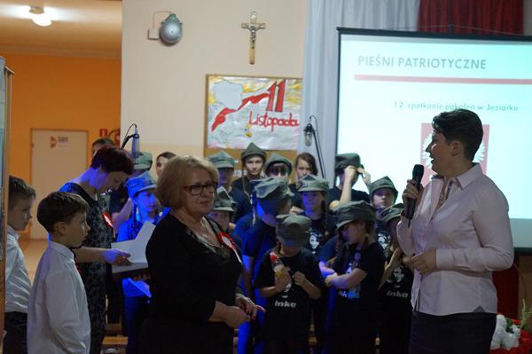 Sekretarz Urzędu Gminy w Piatnicy Maria Dziekońska składa podziękowania na ręce dyrektor Haliny Chełstowskiej