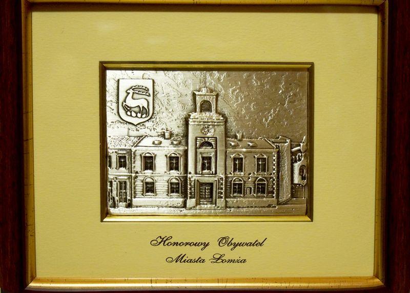 Symboliczny dar władz Łomży dla Honorowych Obywateli Miasta