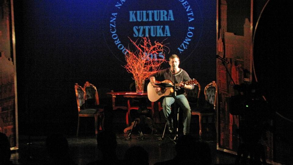 Bard z Ukrainy Dima Maklakow śpiewa pieśni Włodzimierza Wysockiego i Bułata Okudżawy.