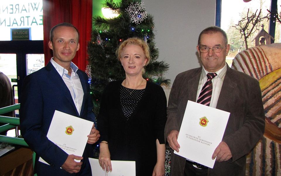 dr Małgorzata Krystyna Frąckiewicz w środku zdjęcia, Mariusz Patalan z lewel strony i Henryk Sierzputowski z prawej strony.