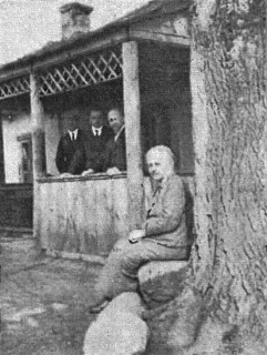 Dworek w Korzeniowszczyżnie w baranowickiem na pograniczu rosyjskiem, ostatnio często niepokojony przez napady głośnego bandyty Muchy, komisarza bolszewickiego. Przetrwał wszystkie koleje wojny pod wierną opieką właścicielki, sędziwej p. Lopottowej.