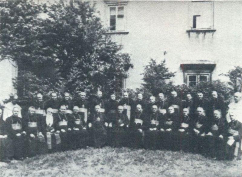 Po raz pierwszy wśród biskupów na konferencji plenarnej- w drugim rzędzie, drugi od prawej. Jasna Góra, 24 maja1946 r.