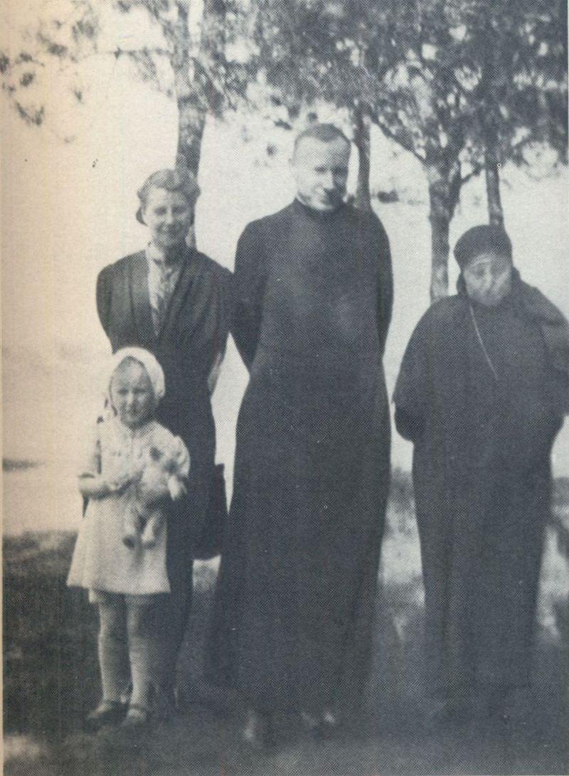 Z siostrą Stanisławą i siostrzenicą w towarzystwie zakonnicy.